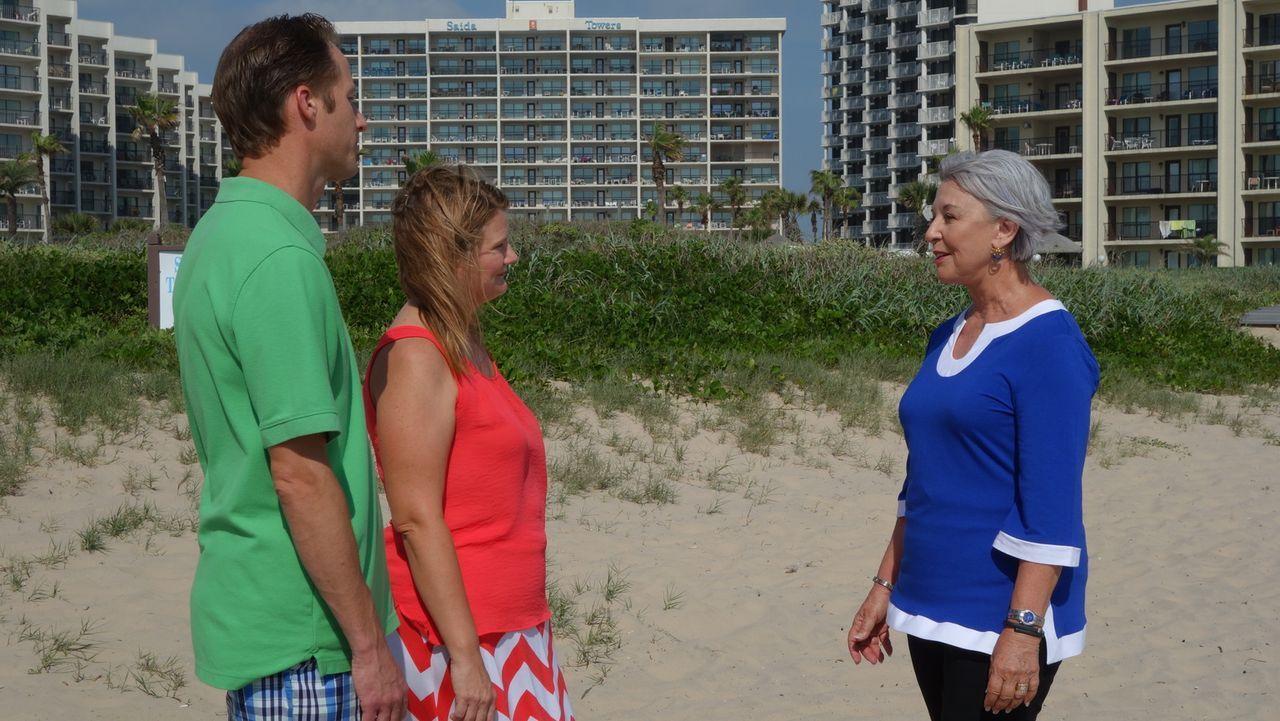 (v.l.n.r.) Scott Brister; Trudy Brister; Maklerin Gayle Hood - Bildquelle: 2014, HGTV/Scripps Networks, LLC. All Rights Reserved.