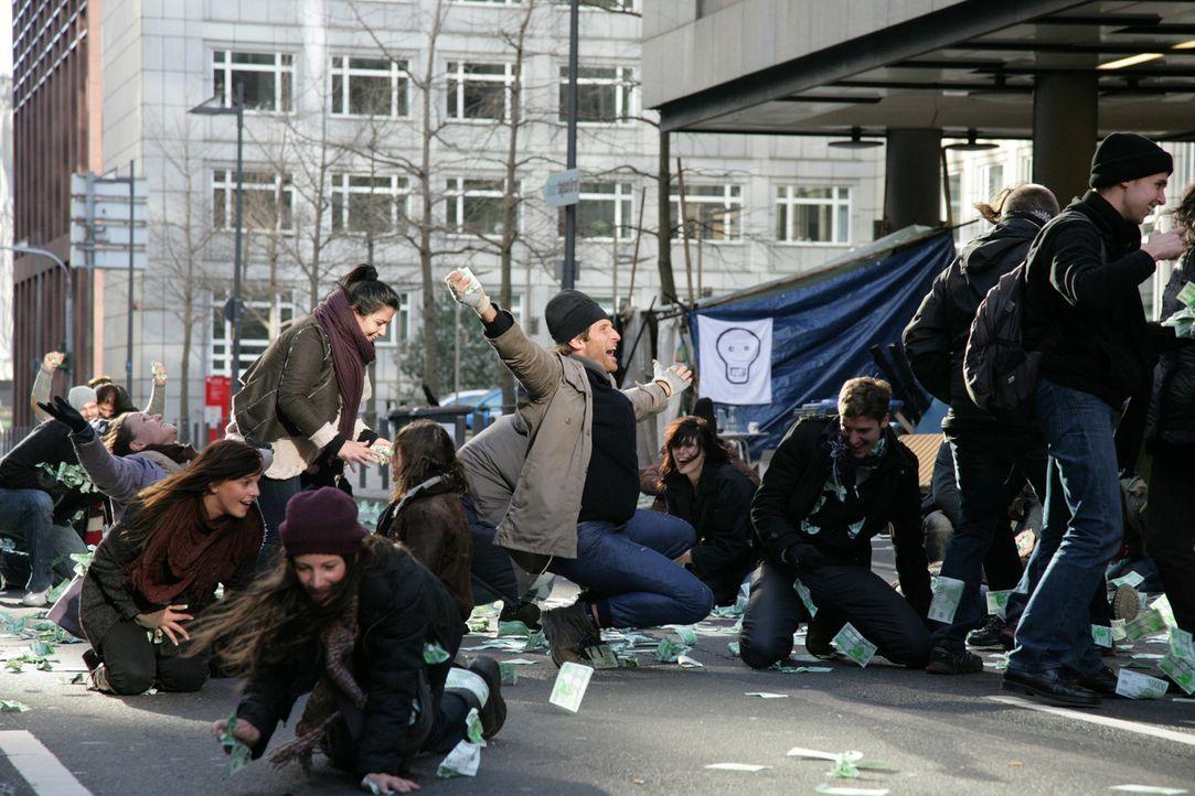Die Massen sind begeistert, als ein moderner Robin Hood ihnen das Geld der Reichen zukommen lässt ... - Bildquelle: Laura Schleicher Sixx
