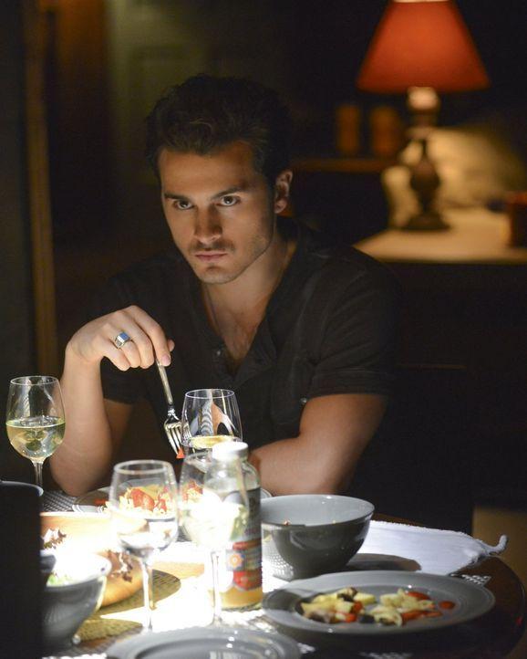Während Enzo (Michael Malarkey) versucht mit Hilfe von Gewalt an Stefan heranzukommen, möchte Caroline einfach nur verstehen, was aus dem alten Stef... - Bildquelle: Warner Bros. Entertainment, Inc