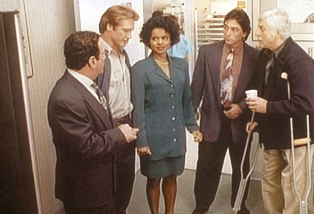 (v.l.n.r.) Briggs (Michael Tucci), Steve (Barry Van Dyke), Amanda (Victoria Rowell), Jack (Scott Baio) und Dr. Sloan (Dick Van Dyke) diskutieren, we... - Bildquelle: Viacom