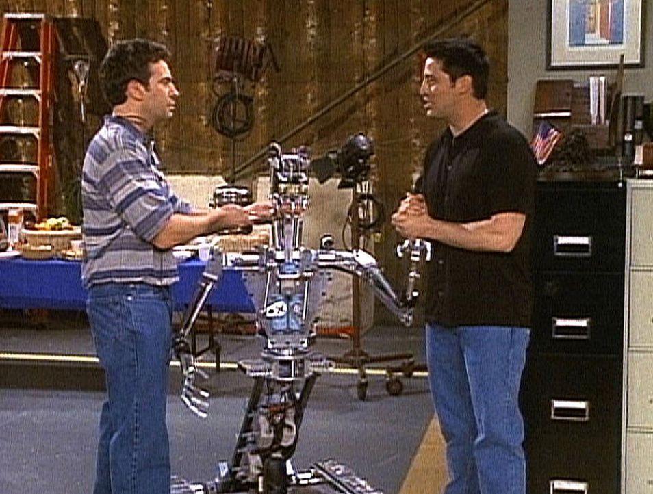Joey (Matt LeBlanc, r.) muss sich mit dem Mann gut stellen, der seinen Serienpartner, einen Roboter, hergestellt hat ... - Bildquelle: TM+  2000 WARNER BROS.