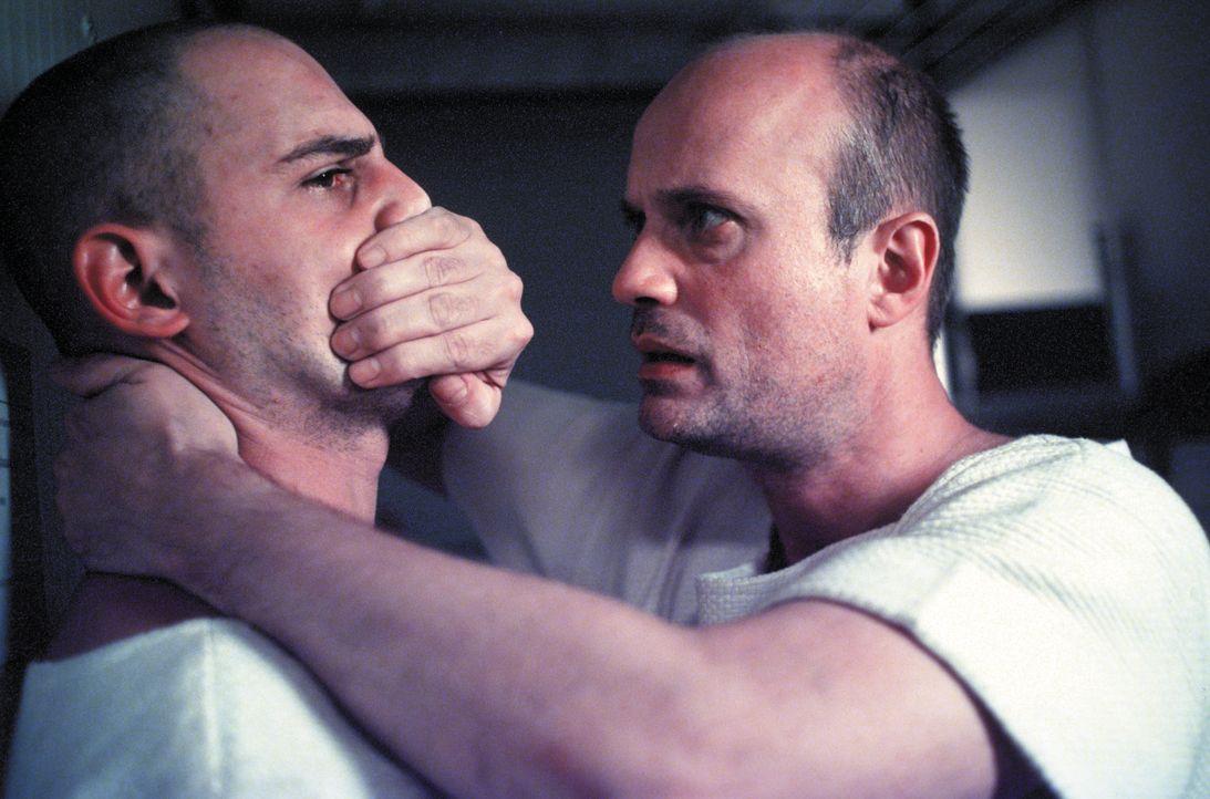 Dank Steinhoffs (Christian Berkel, r.) raschem Eingreifen gelingt es Tarek Fahd (Moritz Bleibtreu, l.), seine Panikattacke zu überwinden ... - Bildquelle: SENATOR FILM Alle Rechte vorbehalten