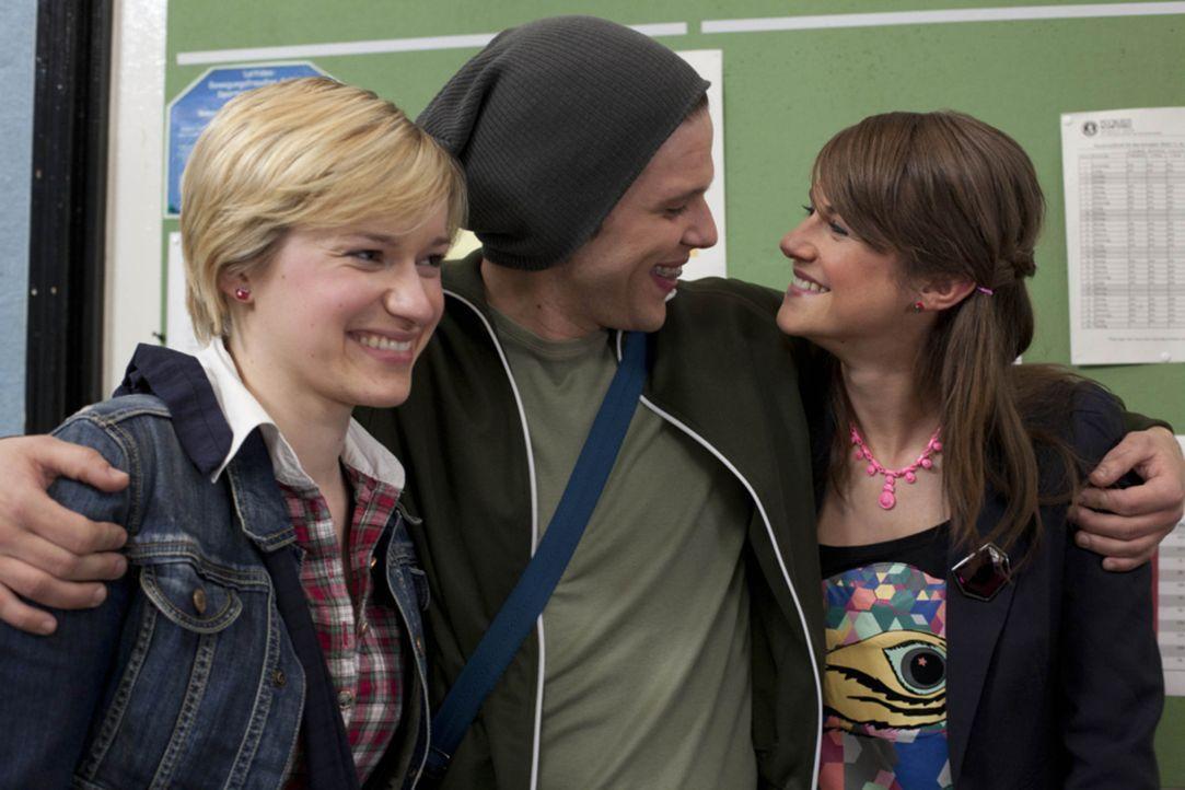 Haben Spaß miteinander: Emma (Kasia Borek, l.), Jenny (Lucy Scherer, r.) und Bodo (Frank Ziegler, M.) ... - Bildquelle: SAT.1