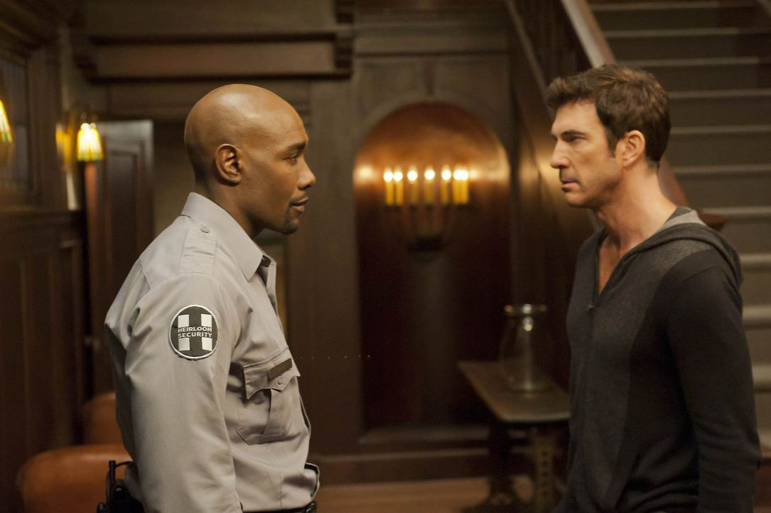 Nachdem Luke (Morris Chestnut, l.) einen Notruf von Vivien erhalten hat, kommt er ins Haus, um nach dem Rechten zu sehen. Ben (Dylan McDermott, r.)... - Bildquelle: 2011 Twentieth Century Fox Film Corporation. All rights reserved.