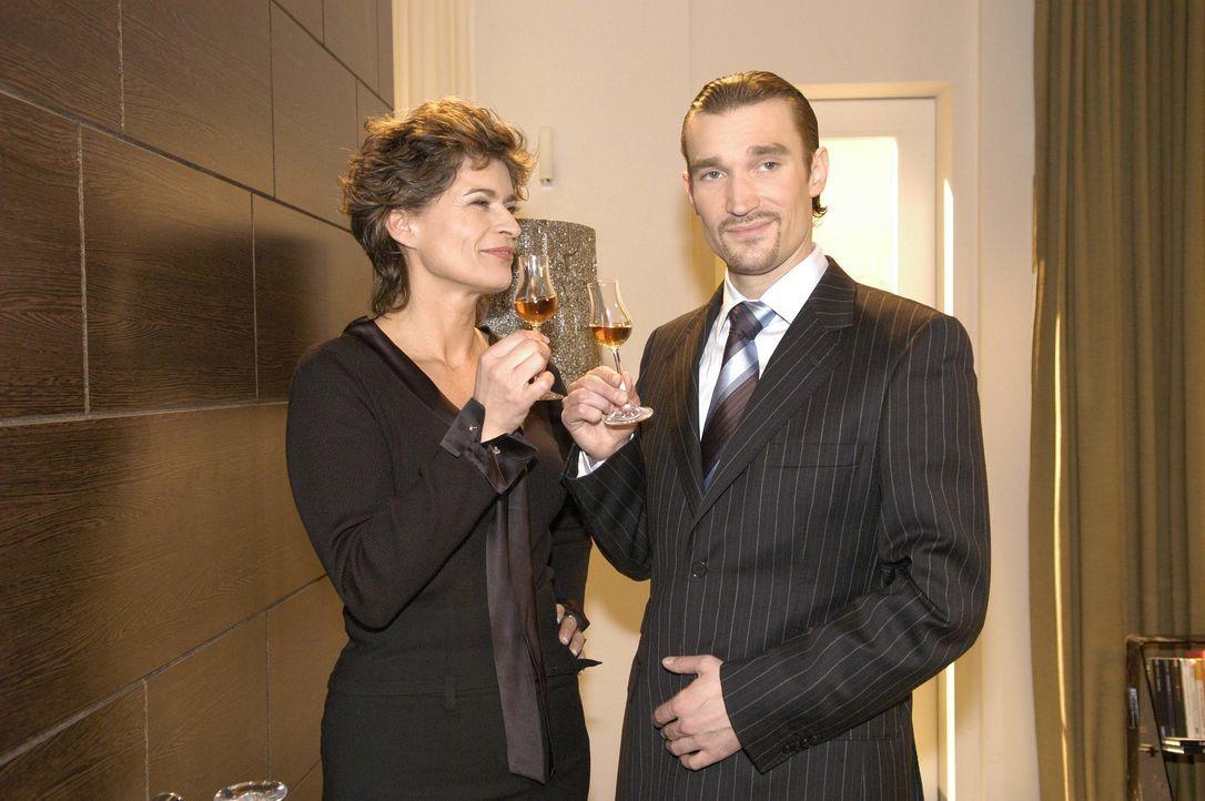 Sophie von Brahmberg (Gabrielle Scharnitzky, l.) und Richard (Karim Köster, r.) stoßen darauf an, dass ihr Plan, Mariella und David auseinander zu b... - Bildquelle: Noreen Flynn SAT.1 / Noreen Flynn