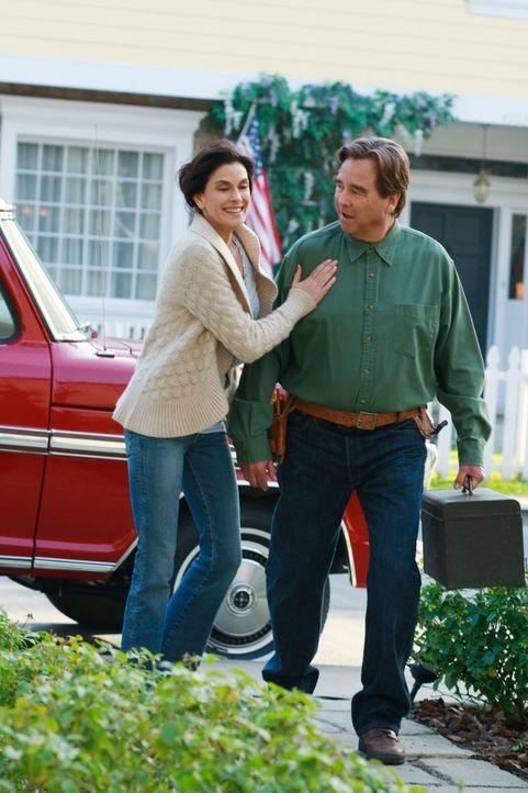 Erinnerungen an vergangene Zeiten: Eli Scruggs (Beau Bridges, r.) hat in schwierigen Situationen immer einen guten Rat parat. Susan (Teri Hatcher, l... - Bildquelle: ABC Studios