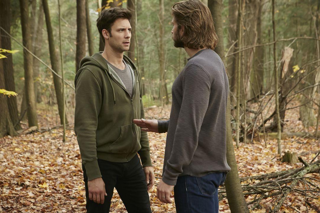 Ganz entgegen seiner wahren Natur provoziert Clay (Greyston Holt, r.) sogar Nick (Steve Lund, l.) ... - Bildquelle: 2015 She-Wolf Season 2 Productions Inc.