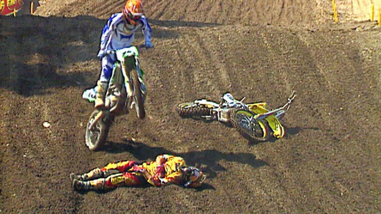 Lebensgefahr: Motocross-Fahrer Mike Alessi (unten) stürzt während eines Rennens und wird von seinen Konkurrenten überfahren. Wird er das überleben?... - Bildquelle: 2011, The Travel Channel, All Rights Reserved.