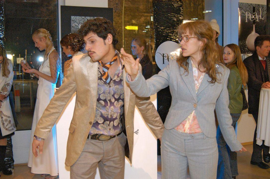 Empört über Rokkos (Manuel Cortez, l.) Kuss, verpasst Lisa (Alexandra Neldel, r.) ihm eine Ohrfeige. (Dieses Foto von Alexandra Neldel darf nur in... - Bildquelle: Monika Schürle Sat.1