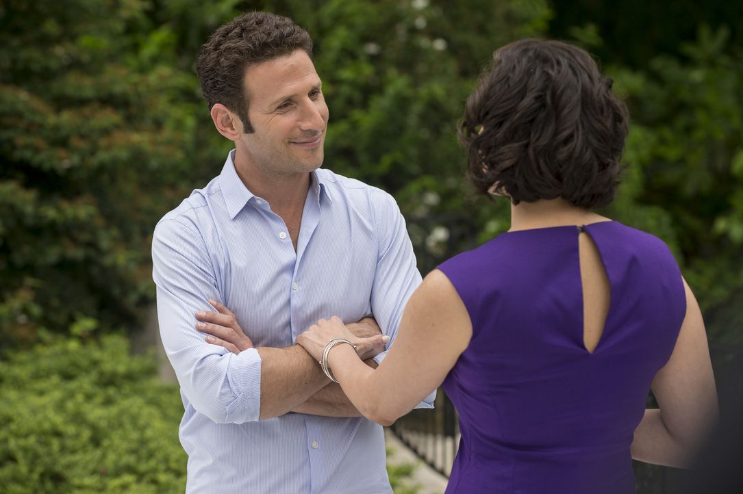 (v.l.n.r.) Hank Lawson (Mark Feuerstein); Christina DuMond (Ina Barrón) - Bildquelle: David Giesbrecht 2012 USA Network Media, LLC/ David Giesbrecht