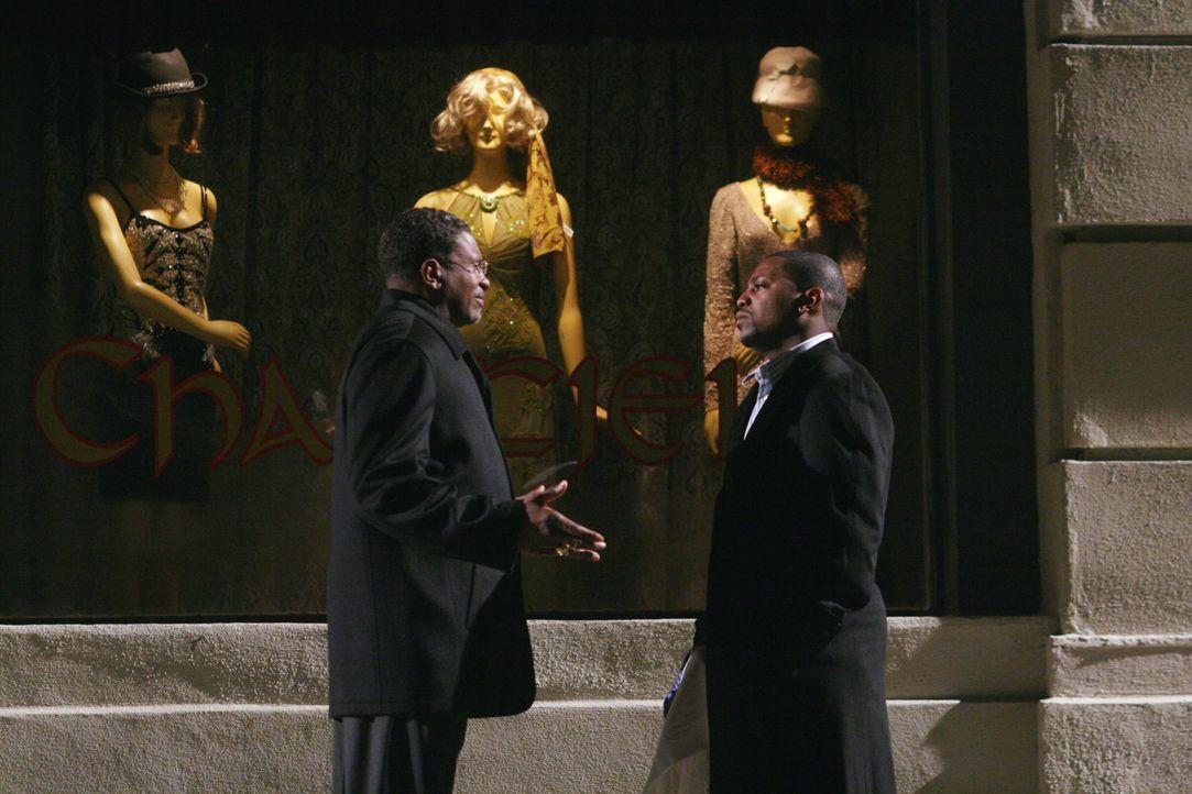 Dr. Gregory Pratt (Mekhi Phifer, r.) bedankt sich bei Pastor Watkins (Keith David, l.), der die Kaution für ihn übernommen hat ... - Bildquelle: Warner Bros. Television
