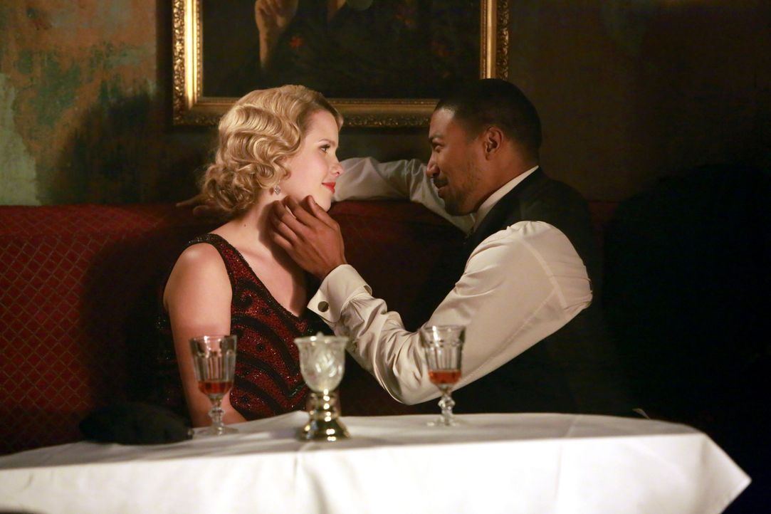 Endlich können sie ihre Liebe öffentlich zeigen, doch wie lange noch? - Bildquelle: Warner Bros. Entertainment Inc.