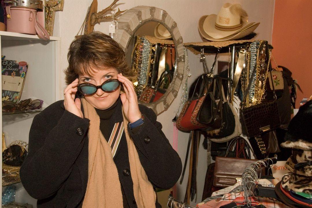 Simone, die im Alltag eher bequeme und pflegeleichte Kleidung bevorzugt, sucht für ihren fünften Hochzeitstag etwas Extravagantes ... - Bildquelle: Walter Wehner Sat.1