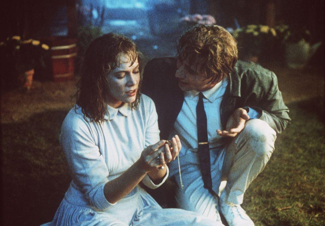 Während Peggy Sue (Kathleen Turner, l.) von dem Außenseiter Richard fasziniert ist, versucht Charlie (Nicolas Cage, r.) ihre Aufmerksamkeit für s... - Bildquelle: TriStar Pictures