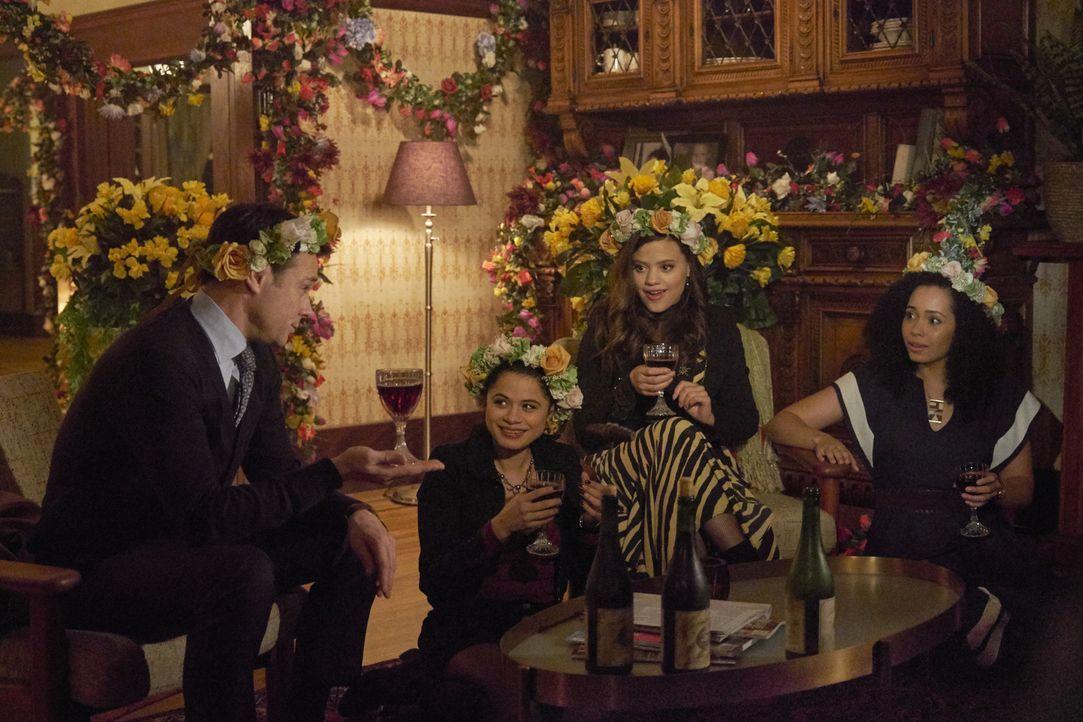 (v.l.n.r.) Harry Greenwood (Rupert Evans); Mel Vera (Melonie Diaz); Maggie Vera (Sarah Jeffery); Macy Vaughn (Madeleine Mantock) - Bildquelle: Michael Courtney 2018 The CW Network, LLC. All Rights Reserved.