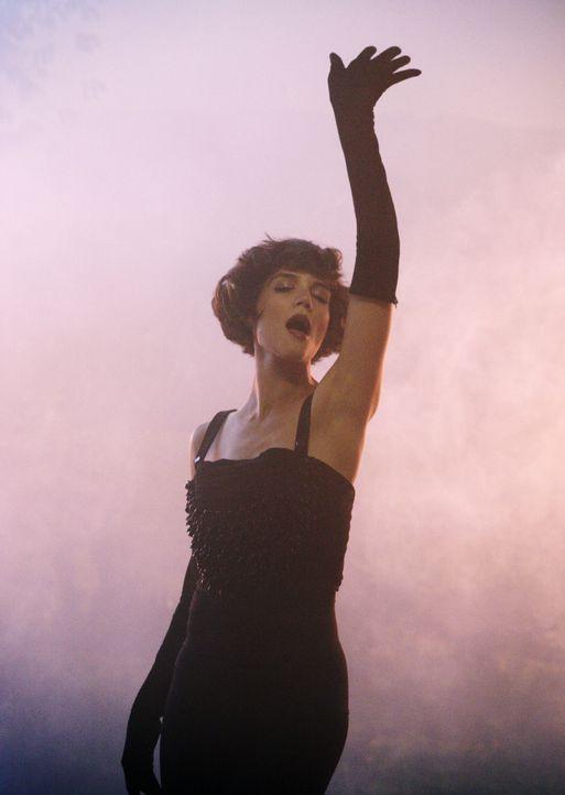 Eine Vision, bei der er den anturnenden Auftritt einer sexy Sängerin (Katie Holmes) in einem Jazz-Club sieht, wird für Eli zum Aneurysma-Hauptgewinn... - Bildquelle: Disney - ABC International Television