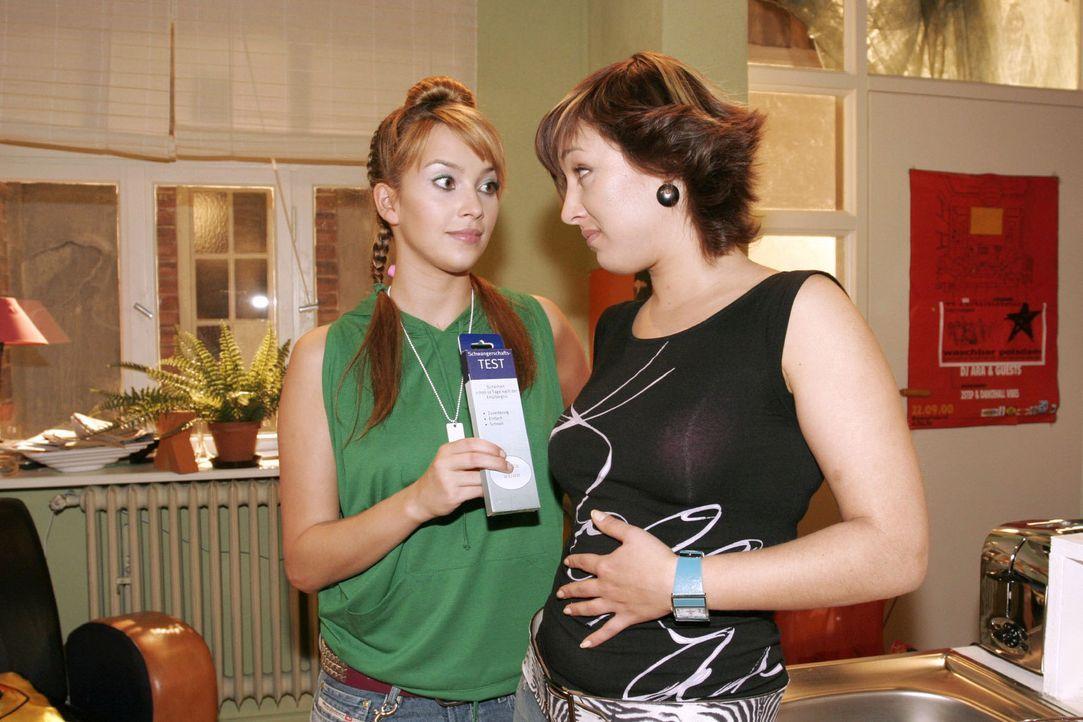 Hannah (Laura Osswald, l.) rät Yvonne (Bärbel Schleker, r.) einen Schwangerschaftstest zu machen. Ihre Launen und ihr ungewöhnliches Essverhalten... - Bildquelle: Sat.1