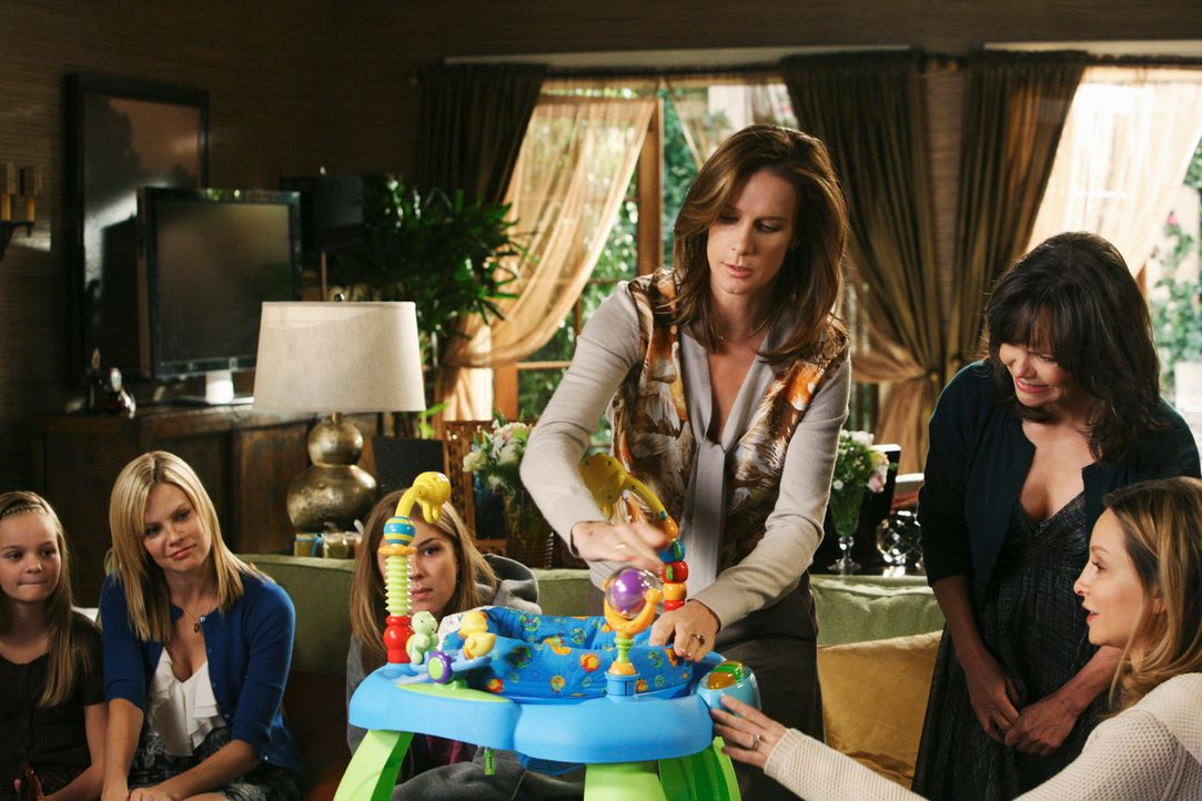 Baby-Party: Kitty (Calista Flockhart, r.), Nora (Sally Field, 2.v.r.), Sarah (Rachel Griffiths, 3.v.r.), Rebecca (Emily VanCamp, 3.v.l.), Julia (Sar... - Bildquelle: 2008 ABC INC.