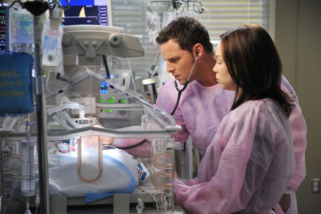 Während Meredith versucht Cristina zu unterstützen als die Spannungen zwischen ihr und Owen eskalieren, möchte Alex (Justin Chambers, l.) von Morgan... - Bildquelle: ABC Studios