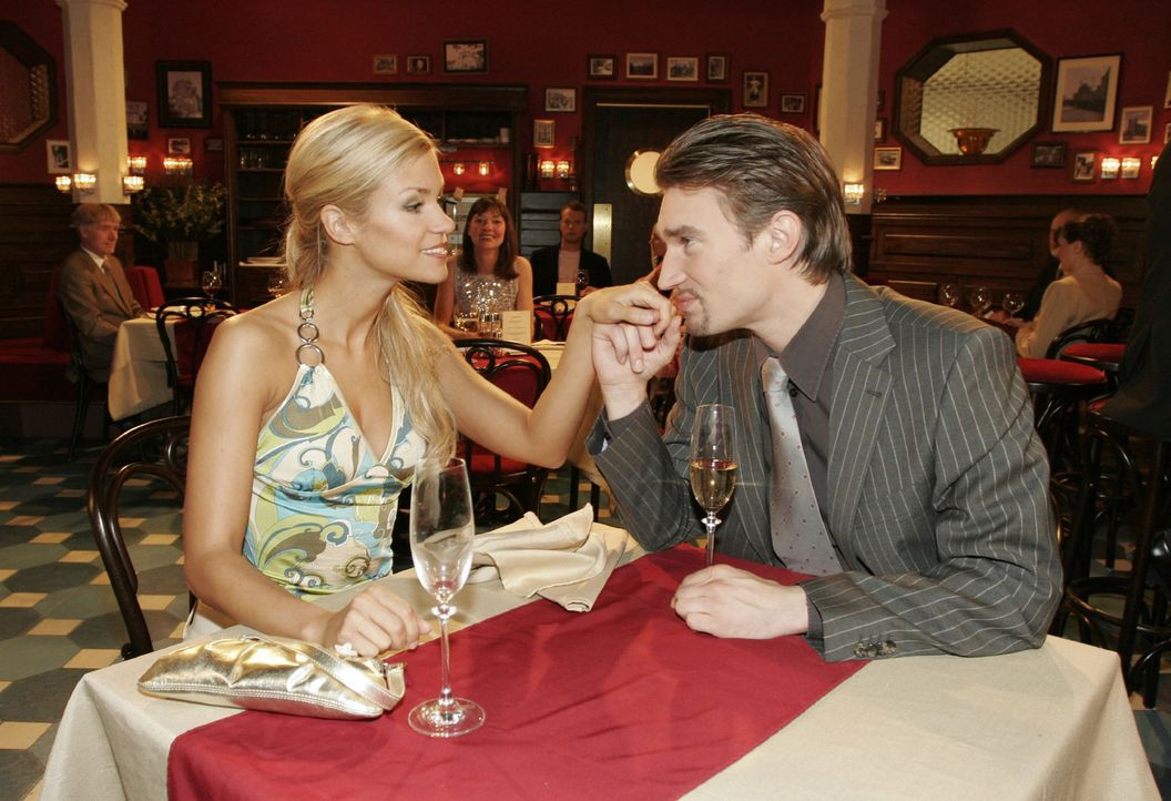 Gemeinsam mit Sabrina (Nina-Friederike Gnädig, l.) feiert Richard (Karim Köster, r.) seinen Erfolg... - Bildquelle: Sat.1