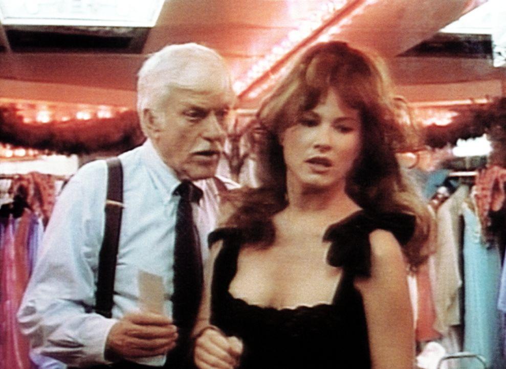 Dr. Sloan (Dick Van Dyke, l.) verhört die Freundin des Mordopfers. - Bildquelle: Viacom