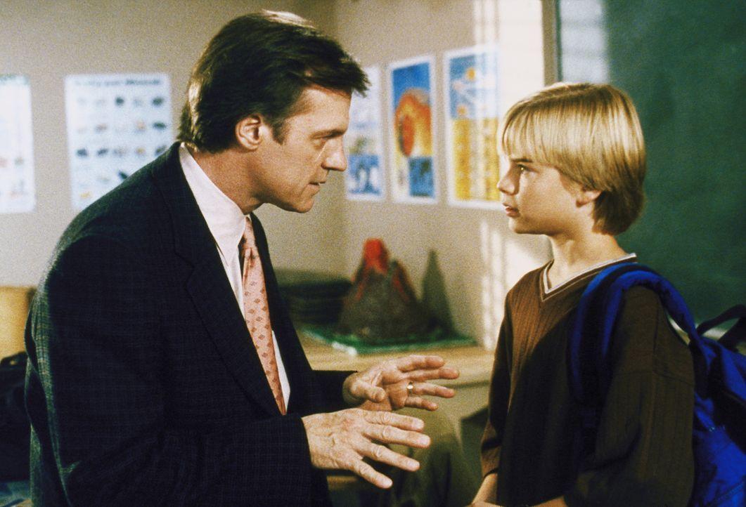 Simon (David Gallagher, r.) ist Zeuge, als sein Lehrer Mr. Lane mit dem rüden Mr. Huff in Streit gerät. Der Junge macht sich Vorwürfe, als Mr. Lane... - Bildquelle: The WB Television Network