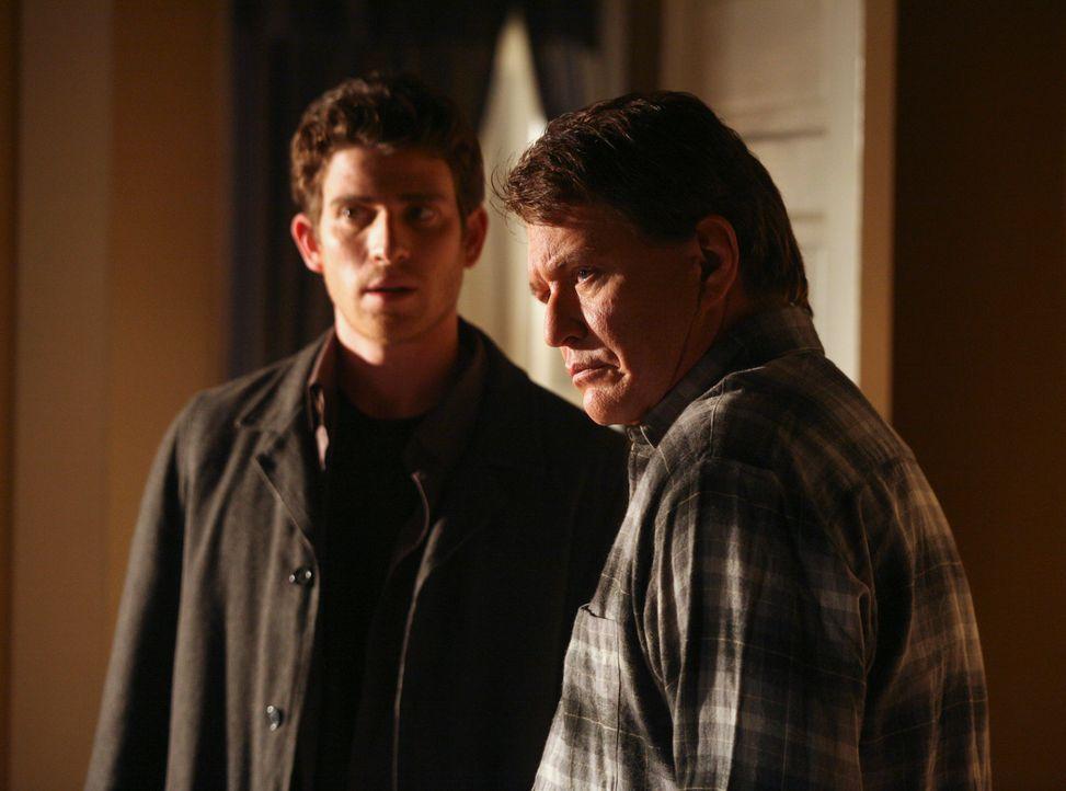 Freut sich zu hören, dass sein Sohn Nick (Bryan Greenberg, l.) wieder in sein altes Zimmer ziehen möchte: der Commander (Tom Berenger, r.) ... - Bildquelle: ABC Studios