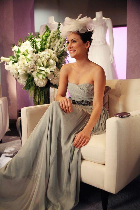 Steht Naomi bei der Brautkleid Suche bei: Erin (Jessica Stroup) ... - Bildquelle: 2011 The CW Network. All Rights Reserved.