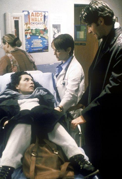 Carol Hathaway (Julianna Margulies, l.) wird von Dr. Weaver (Laura Innes, M.) und Dr. Kovac (Goran Visnjic) in der Notaufnahme empfangen ... - Bildquelle: TM+  2000 WARNER BROS.
