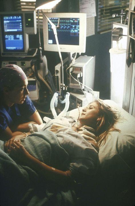 Corday (Alex Kingston, l.) versucht, ihrer Kollegen Lucy (Kellie Martin, r.) das Leben zu retten. - Bildquelle: TM+  2000 WARNER BROS.