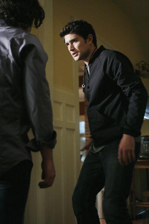Zwischen Kyle (Matt Dallas, r.) und Cassidy (Hal Ozsan, l.) kommt es zu einer Auseinandersetzung ... - Bildquelle: TOUCHSTONE TELEVISION