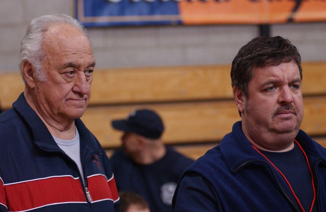 Kenny (John Scurti, r.) und Tommys Dad (Charles Durning, l.) sind glücklich über ihre Basketball-Neuerwerbung ... - Bildquelle: 2007 Sony Pictures Television Inc. All Rights Reserved