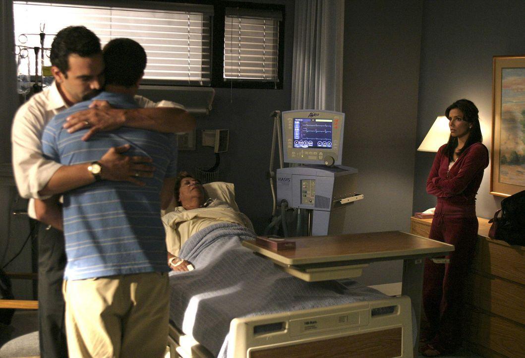 Gabrielle (Eva Longoria, r.) kann nicht fassen, dass John (Jesse Metcalfe, 2.v.l.) im Krankenhaus auftaucht, um sich nach Mrs. Solis' (Lupe Ontivero... - Bildquelle: Touchstone Pictures