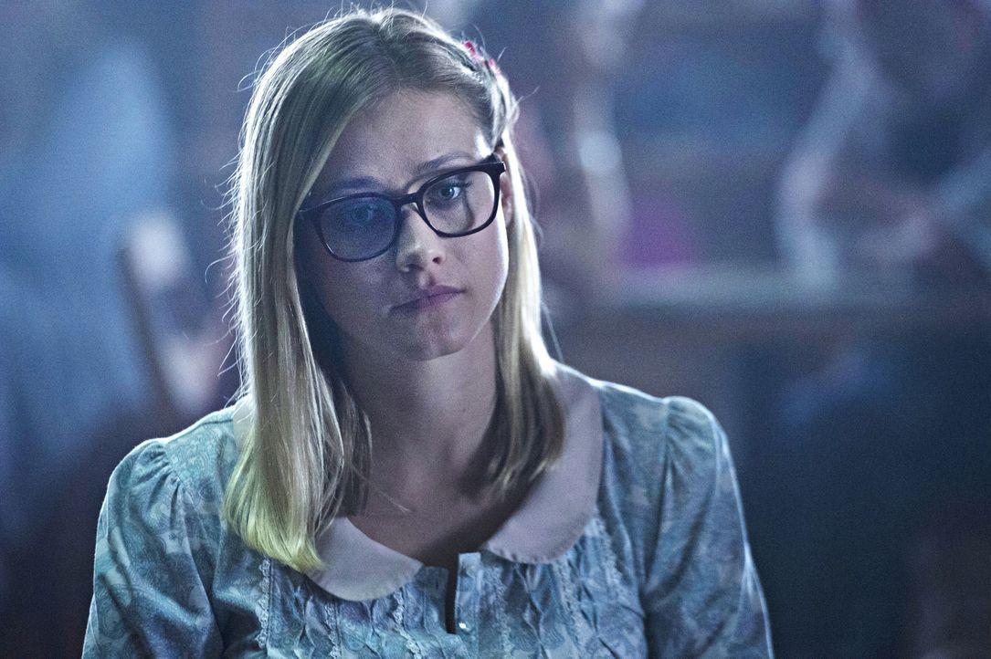 Will Alice (Olivia Taylor Dudley, r.) Quentin wirklich helfen, die Illusion der Nervenheilanstalt zu durchbrechen oder ist sie ebenfalls eine Insass... - Bildquelle: 2015 Syfy Media Productions LLC. ALL RIGHTS RESERVED.