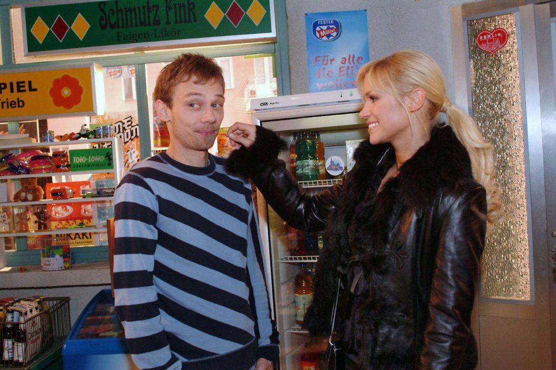 Jürgen (Oliver Bokern, l.) gelingt es, Sabrina (Nina-Friederike Gnädig, r.) zu einem gemeinsamen Abend zu überreden. - Bildquelle: Monika Schürle SAT.1 / Monika Schürle