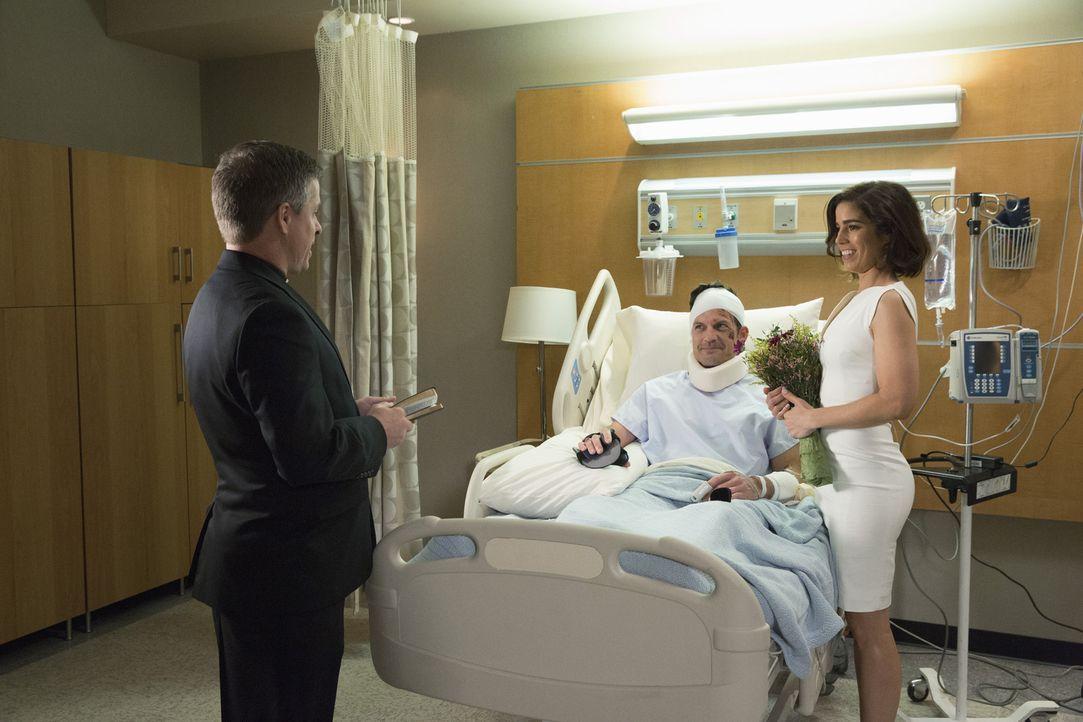 Noch vor der lebensgefährlichen Operation will Nick (Mark Deklin, M.) Marisol (Ana Ortiz, r.) zu seiner Frau nehmen. Nur aus Liebe? - Bildquelle: 2014 ABC Studios