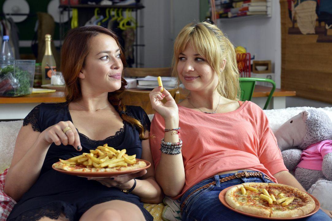 Pommes essend wird Mila (Susan Sideropoulos, r.) und Sally (Laura Osswald, l.), klar, dass Unvollkommenheit das Leben erst lebenswert macht ... - Bildquelle: Oliver Ziebe SAT.1