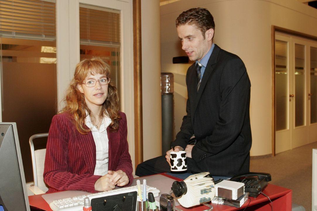Lisa (Alexandra Neldel, l.) ist froh, dass Max (Alexander Sternberg, r.) auf sie zugeht. Sie soll zusammen mit ihm die Stellung halten. (Dieses Foto... - Bildquelle: Noreen Flynn SAT.1 / Noreen Flynn