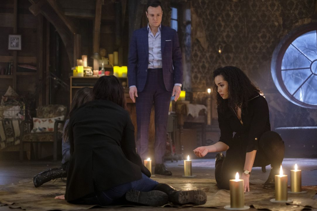 Harry Greenwood (Rupert Evans, l.); Macy Vaughn (Madeleine Mantock, r.) - Bildquelle: Robert Falconer 2019 The CW Network, LLC. All rights reserved. / Robert Falconer