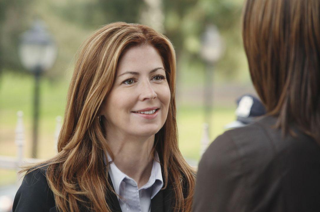 Kate Beckett (Stana Katic, r.) ist über das Eintreffen von Special Agent Jordan Shaw (Dana Delany, l.) und ihren Leuten alles andere als begeistert... - Bildquelle: ABC Studios