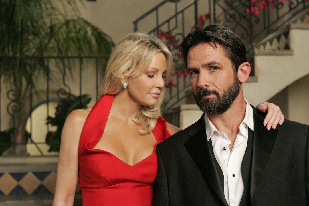 Sehr glücklich wirkt Amanda (Heather Locklear, l.) nicht - und sie hat auch einen guten Grund: Ben (Billy Campbell, r.) flirtet mit allem, was bei... - Bildquelle: 2009 The CW Network, LLC. All rights reserved.