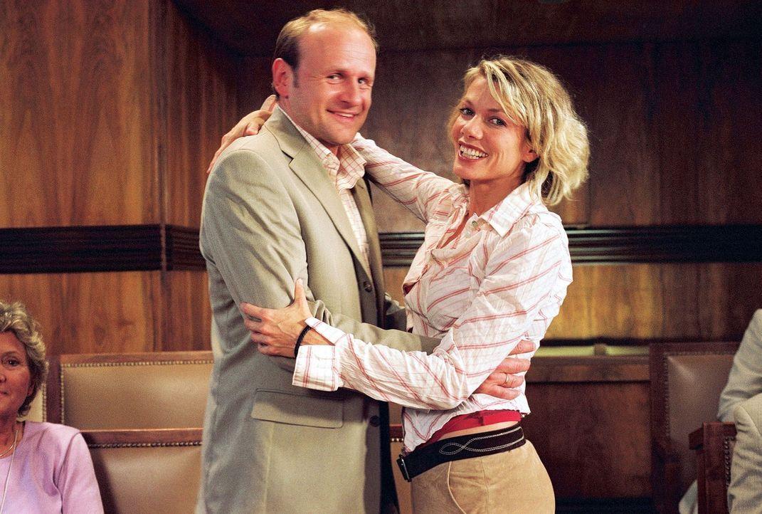 Simone (Ursula Karven, r.) überrascht ihren Ex-Mann Stefan (Oliver Stokowski, l.) mit einem süßen Geheimnis ... - Bildquelle: Sat.1