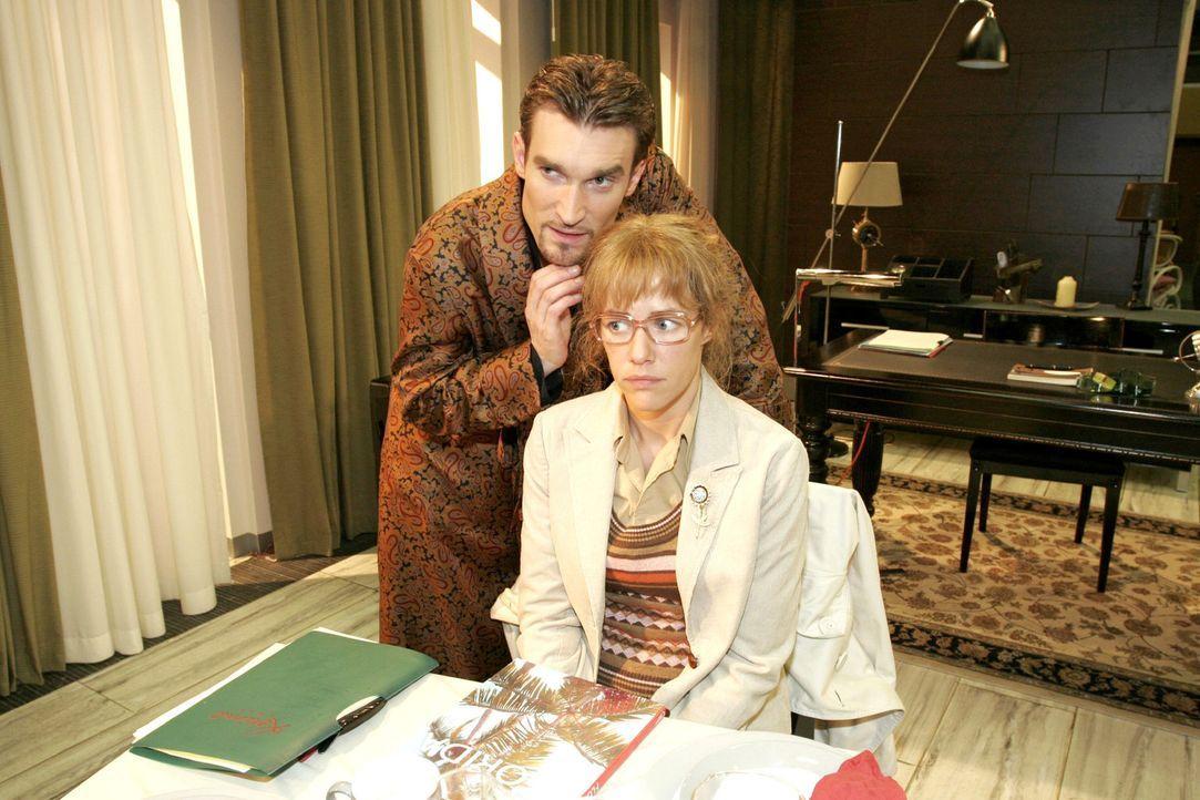 Lisa (Alexandra Neldel, r.) erstarrt, als Richard (Karim Köster, l.) sie plötzlich berührt. - (Dieses Foto von Alexandra Neldel darf nur in Zusam... - Bildquelle: Noreen Flynn Sat.1