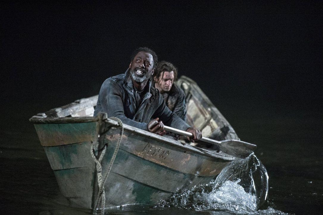 Lässt Jaha (Isaiah Washington, l.) wirklich auch Murphy (Richard Harmon, r.) zurück,  um in die Stadt der Lichter zu kommen? - Bildquelle: 2014 Warner Brothers