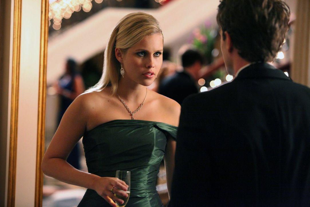 Auf dem Ball von Familie Michaelson flirtet Rebekah (Claire Holt, l.) was das Zeug hält ... - Bildquelle: Warner Brothers