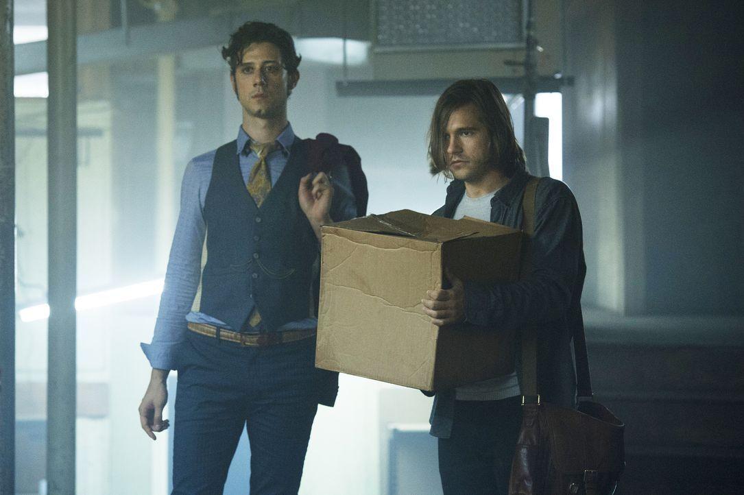 Eliot (Hale Appleman, l.) braucht Quentins (Jason Ralph, r.) Hilfe, nachdem er entdeckt, dass ein Buch aus ihrer Bibliotheksabteilung fehlt ... - Bildquelle: 2015 Syfy Media Productions LLC. ALL RIGHTS RESERVED.