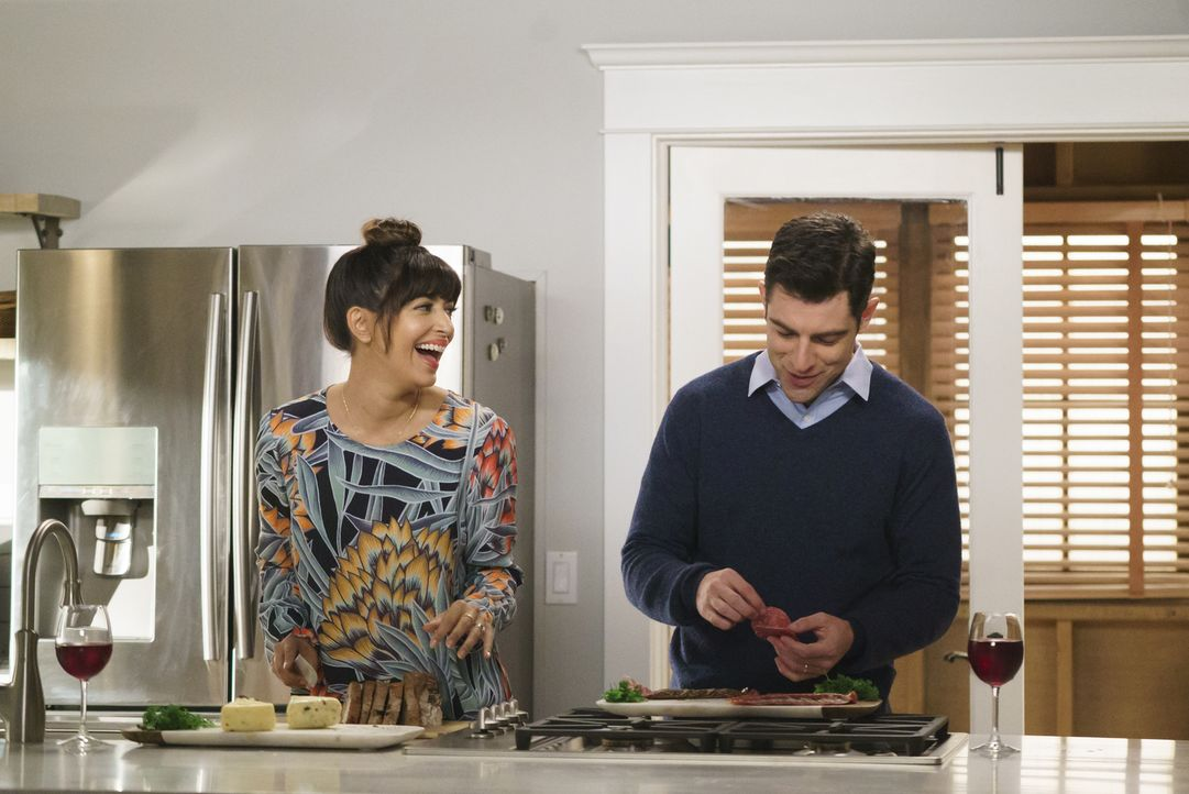 Geben sich die größte Mühe, um ihre neuen Nachbarn zu beeindrucken: Cece (Hannah Simone, l.) und Schmidt (Max Greenfield, r.) ... - Bildquelle: 2017 Fox and its related entities.  All rights reserved.