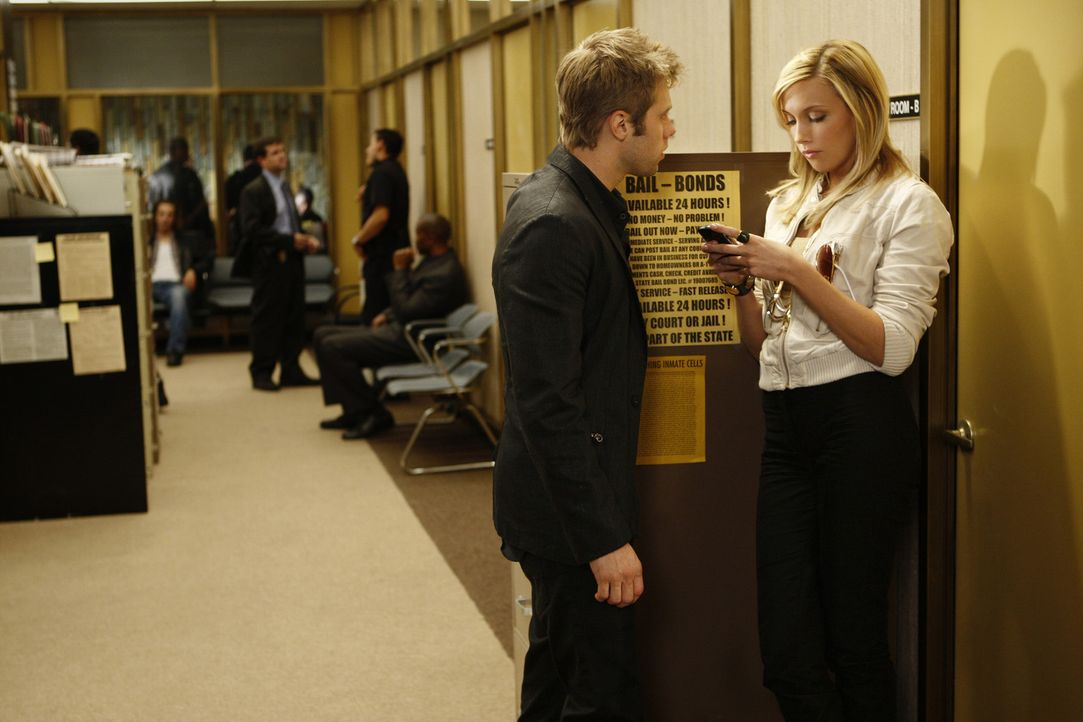 Ella (Katie Cassidy, r.) gibt David (Shaun Sipos, l.) ein Alibi und holt ihn aus dem Gefängnis. Tut sie das wirklich nur, um zu helfen? - Bildquelle: 2009 The CW Network, LLC. All rights reserved.