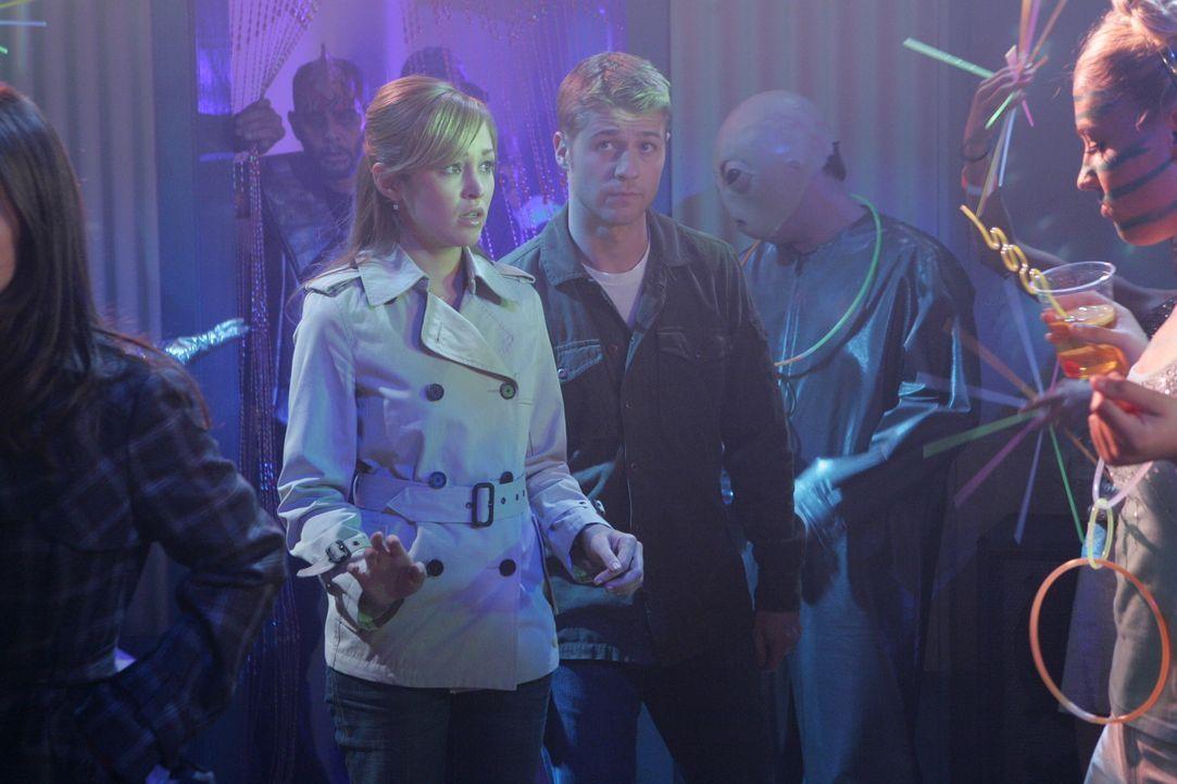 Ryan (Benjamin McKenzie, r.), Taylor (Autumn Reeser, l.), Seth und Summer fahren nach Las Vegas, um dort Silvester zu verbringen ... - Bildquelle: Warner Bros. Television
