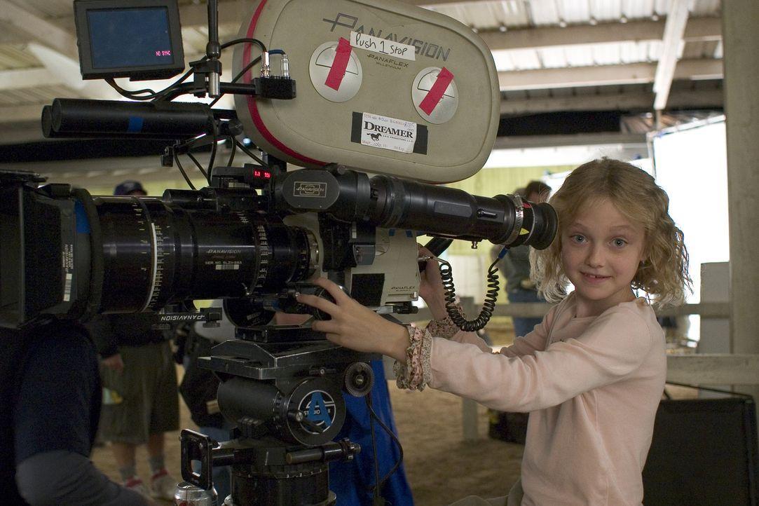 Die kleine Dakota Fanning übt schon wie die Großen. - Bildquelle: Epsilon Motion Pictures